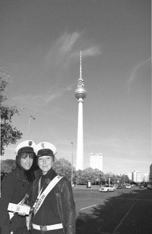 jenny-und-jule-vorm-fernsehturm_4321469053_o